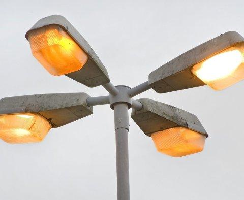 BYTTES UT: Gammelt armatur må skiftes, og kommunene er pålagt å sette opp strømmålere på nettet til gatelys. Det gir millionutgifter for kommunene.