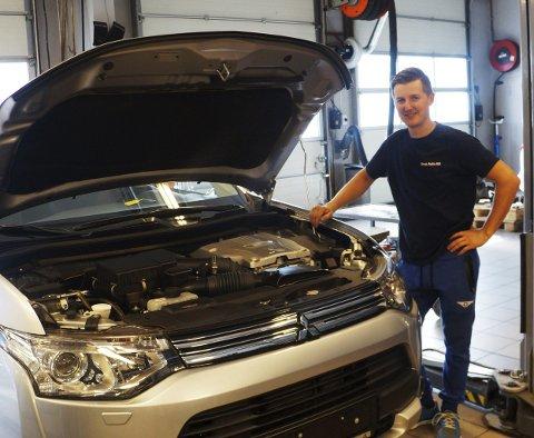 NYANSATT: Andrius Benesevicius fra Litauen har vært i jobb hos Grua Auto AS siden 1. august. Mekanikeren har bred erfaring fra hjemlandet innen det meste som har med bilreparasjoner å gjøre.