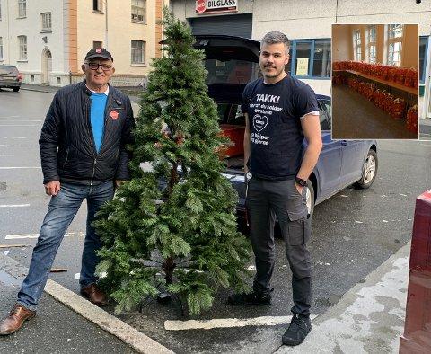 Glad for gaven: Anders Fosse (til høyre), butikksjef Extra, og Edgar Hansen i Frelsesarmeen. – Extra Odda gir oss gaver hele året, uten dem hadde vi ikke overlevd, sier Hansen. Foto: Privat