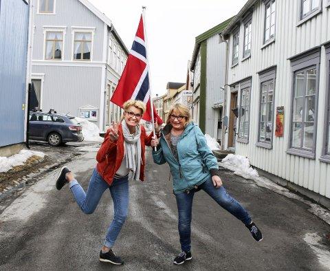 Flagg: Heidi Saue og Hilde Prestbakk oppfordrer alle butikk- og forretningseiere til å ta fram flagget og pynte under Bysprinten. foto: Benedicte Wærstad