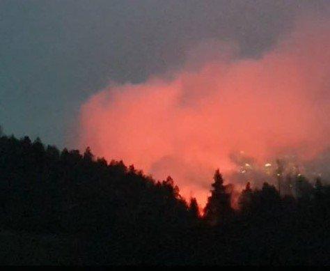 HEFTIG: Beboerne i området ringte politiet da de hørte et kraftig smell. Samtidig fikk nødetatene melding om brann på stedet.