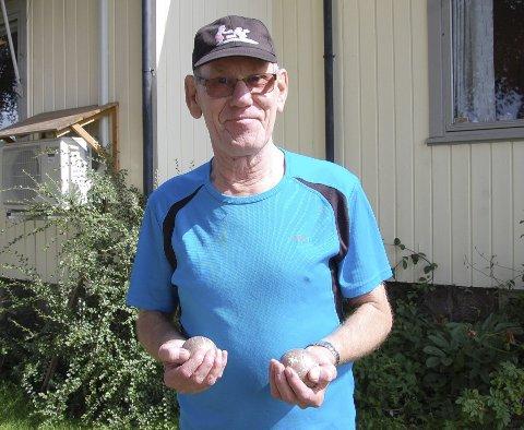 Kjernekar fra Bergen: Johnny Johannessen med petanquekulene, et symbol på hans nye liv etter møtet med petanquegjengen ved Botne aktivitetssenter. Foto: Karin Irene Lofsberg