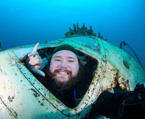 UNDERVANNSFOTOGRAF: Morten Sætrang Haakonsen fra Vassås trives under havflaten, og ble i helga nummer 6 i NM i undervannsfotografering. Bildet er en selfie fra den undersjøiske gravplassen for skipsvrak utenfor Chuuk Lagoon, en liten øy i Mikronesia.