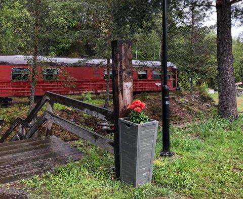 NYTT LIV: Det gamle NSB toget ble fraktet til Veggli i 2001. Siden den gang har det blitt brukt som spise- og overnattingssted for gjester ved Veggli Vertshus.