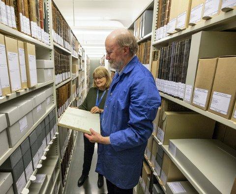 ENDELIG: Statsarkivets Bodil Løver og Hans A. Gulli studerer en protokoll i det ferdige ordnede Sølvverksarkivet.