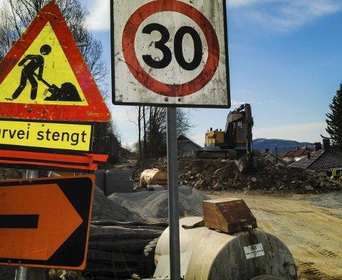 GRAVEKAOS: Inngangen til turstien fra Reistadlia har vært stengt siden arbeidet startet i fjor. Veien skulle vært ferdig til jul, men er fortsatt ikke mulig å bruke. Forhåpentligvis kan den åpnes til sommerferien. Foto: Cecilie Johannessen