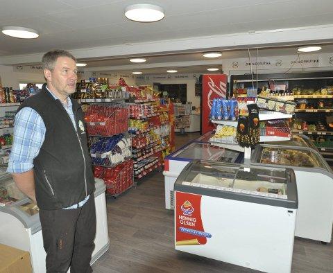 Nybutikken: Daglig leder Roy Martin Martinsen sier de har pusset opp nærbutikken på Gimsøy, og man har etablert et godt vareutvalg som både lokalbefolkning og turister har nytte av.  Foto: Knut Johansen