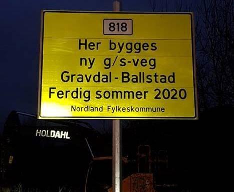 I GANG: Nå er arbeidet med gang-sykkelvei mellom Gravdal-Ballstad i gang