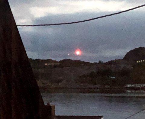 Nødraketten sett fra Svolvær i retning Kabelvåg ved 22-tida torsdag kveld.