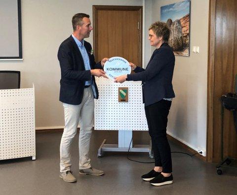 BEVIS: Her får rådmann Inger Fjeld et bevis fra distriktsleder i Trygg Trafikk Østfold, Paal-Gunnar Mathisen, at Råde kommune har blitt godkjent som en trafikksikker kommune.