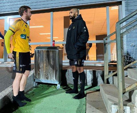 USIKRE FOR FREMTIDEN: Selv om flomlysene lyste opp Melløs mandag kveld, har det vært en mørk sesong for Henrik Stokkebø (t.v.), Rene Elshaug og resten av A-laget til Moss Fotballklubb.