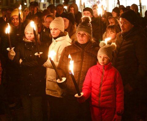 DELTOK I MARKERINGEN: Ella Johansen, datteren Isabella og mannen Arne Christian Garden (stepappa til Markus) under onsdagens markering for etterlatte etter selvmord i Tromsø.