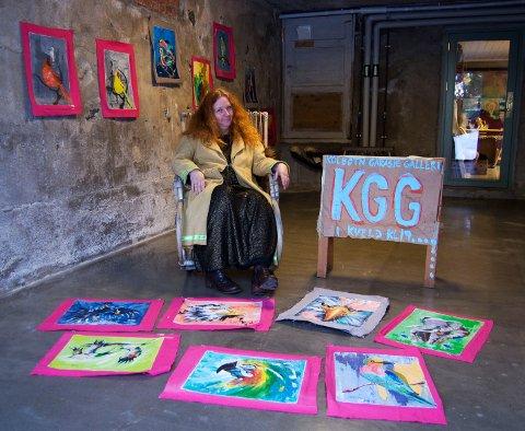 TREKKFUGLENE I GARASJEN: Astrid Runde Saxegaard inviterer til utstillingstunt noen få kveldstimer i Garasjegalleriet på Kolbotn fredag 18. januar. Utstillingen består av afrikanske fuglebilder signert en ghanesisk kunstner.