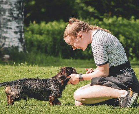 KOS: For Maren Helene Røste Glasø (23) er kontakten med hunder det beste som finnes. Her med Helmer på ett år.