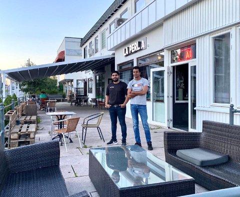 OVERTAR: Daglig leder Amir Siddique og Waqas Mehmood. gleder seg til å komme i gang med driften av La Perla.