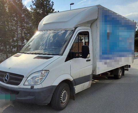 TUNG: Kontrollørene fra Statens vegvesen synes denne varebilen så tung ut. Det hadde de rett i.
