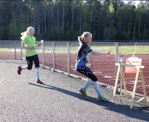 Flinke jenter Marte Lillegraven Langsæter stempler foran Ingrid Pedersen Holmskau, begge Trøsken IL, på sistepost i Østfoldsprinten. Foto: Privat.