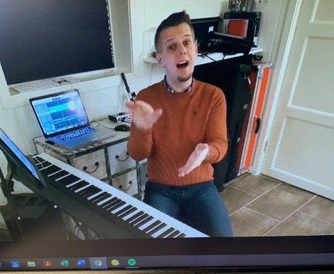 Direktesending: Slik ser det ut når dirigent Henrik Brusevold gjennomfører sangøvelser direkte via Facebook.