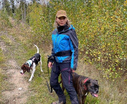 VIL ADVARE: Camilla Kaarfald (44) er bekymret for uforsvarlig aktivitet i skogen.