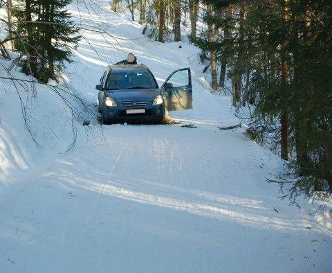 MIDT I LØYPA: Denne personbilen sto fast i skiløypene i Re andre påskedag.