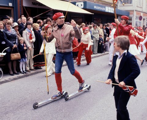 ÆRESRUSS: 17. mai 1978 feiret Jahn Teigen nasjonaldagen i hjembyen Tønsberg. Da var han utnevnt som æresruss.
