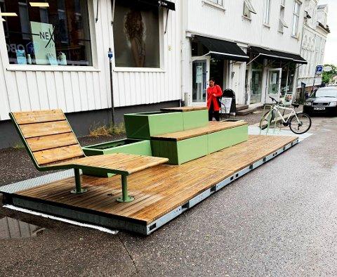 INNRETNING: Parkleten tar to parkeringsplasser og fungerer som en fortsettelse av fortauet. Den inneholder stoler, blomster og sykkelstativ.