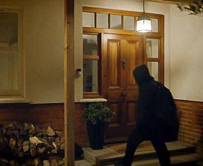 Det var fredag kveld at kvinnen prøvde å komme seg inn i huset til mannen.