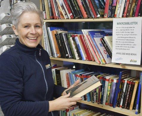 Trivsel og leselyst: Når du går inn dørene på Joker Nes verk går du samtidig inn i i både et bibliotek og en liten kafé. Daglig leder Elisabeth Dawson forteller at mange ivrige lesere setter pris på biblioteket.