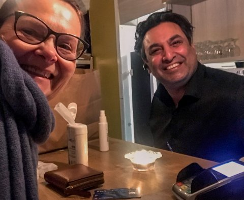 VINN-VINN: Tone Blixøen tok en selfie da hun nylig plukket opp indisk takeaway hos Iftikar Ahmed hos Tandoori Lounge.