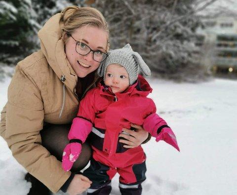 Camilla Einerkjær (30) og datteren  Aurora-Marie (1) har fått mye tid sammen etter at de ikke fikk barnehageplass og mamma måtte gå i ulønnet permisjon.