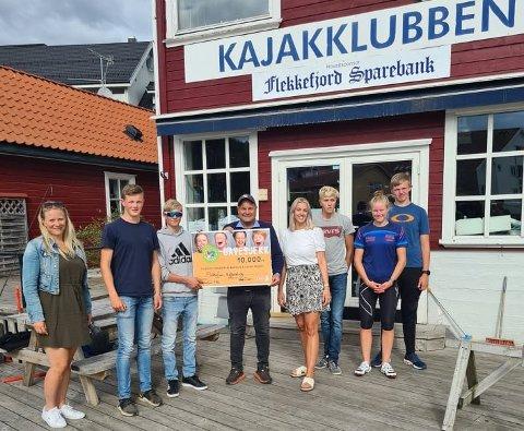 GOD FORNØYD: Her deles pengene ut til Flekkefjord Kajakklubb. I midten ser man Rune Eriksen og Elin Kjelnes Larsen fra Amfi Flekkefjord.