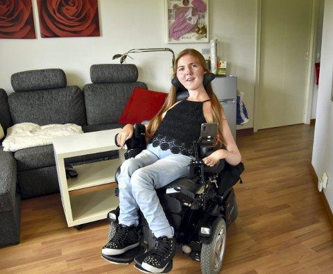 17 år gamle Serenne Vikebø lar seg ikke hindre av diagnosen Spinal muskelatrofi type 2. Den 11. juni var hun involvert i en dramatisk bilulykke, men allerede dagen etter var hun på plass på skolebenken igjen.