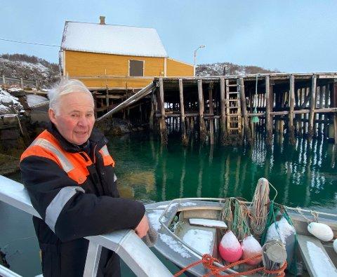 Skjev og skakk: Både kaia og bygningene på den er skjeve og skakke. Per Gunnar Nygård håper at kommunen vil stille opp for å bidra til renovering av kaia.