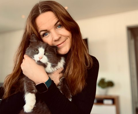 SKADET: Gudrun Gudmundsdottir synes det er utrolig trist at katten Luna (9) kom skadet hjem.