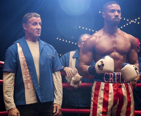 Med legenden Rocky Balboa i sitt hjørne lever Adonis Creed opp til farens navn. I denne spenningsfylte historien blir han satt på nok en prøve, som går utover både karriere og livet ved siden av boksingen.