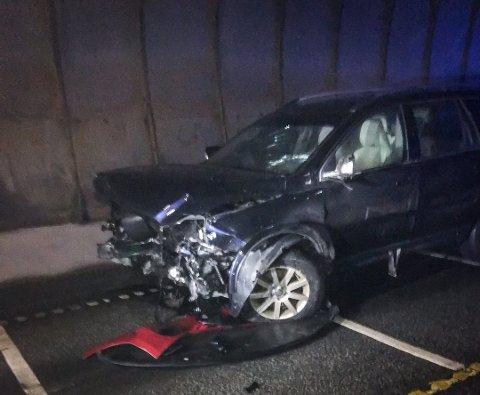 Totalt tre biler var involvert i ulykken. Alle ble påført omfattende skader.