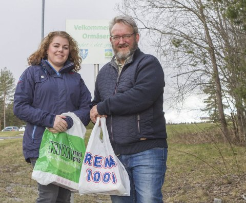 ØNSKER SEG BUTIKK: Linn Therese Brekke (t.v) og Lars Geir Mortensen ønsker en dagligvarebutikk velkommen til idylliske Ormåsen. I dag må «ormåseningene» til Vestfossen eller Hokksund for å handle melk og brød.