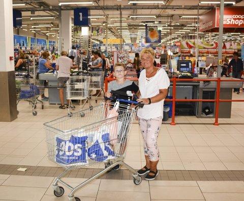 Shop express: Ole (11) og mamma Trine Ottosen gjør jobben selv når de handler på OBS.