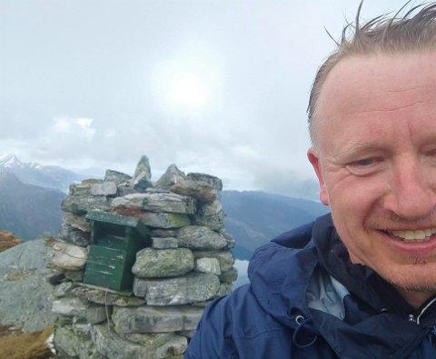 STRANDANIPA: Torbjørn Nilsen var på Strandanipa i dag måndag 3. mai klokka 11.00 då vi fekk kontakt med han. – Eg gjekk gjennom ei snøbyge på veg opp, seier han.