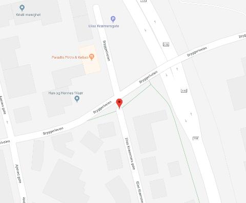 HÆRVERK: Noen har knust ruter på to biler i Elias Kræmmers gate i sentrum i helgen.