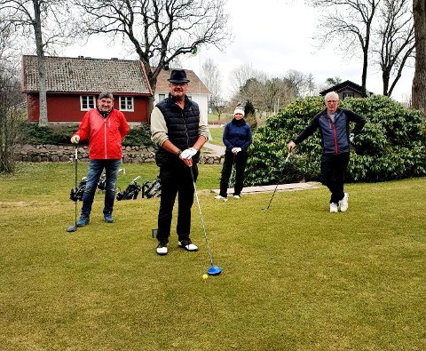 KLARE: John Pedersen, Bjørn Edgar Ingebrigtsen, Elisabeth Kokvik og Roy Solberg gleder seg over å kunne benytte golfbanen. Og de holder anbefalt avstand.