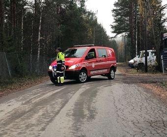 VÆPNET POLITIAKSJON: Politiet søker etter en gjerningsmann vest for Glomma i Elverum. Det er satt opp sperringer.