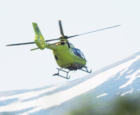 TILKALT: Luftambulansen ble tilkalt da ei lita jente havnet i klem under en trillende bil i Bismo onsdag.