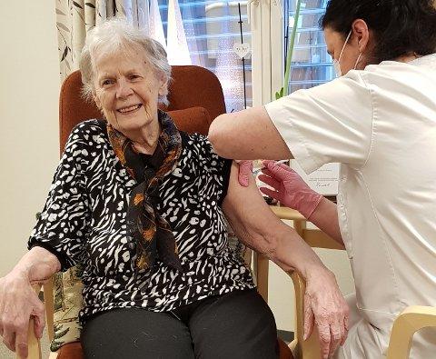 Alvhild Flåskjer fikk den første koronavaksinen i Sør-Fron tirsdag formiddag. Vaksinen ble satt av sykepleier og avdelingsleder Katrine Tøfte.