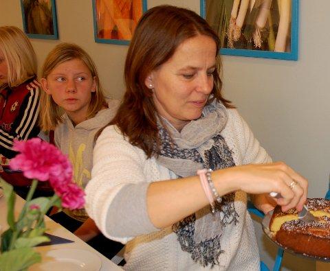 HADDE LYST PÅ NOE NYTT: Maren Hurum har vært rektor ved Sanne skole i Gran i snart tolv år. - Det synes jeg er ganske lenge, og jeg ønsket nye utfordringer. Bildet er fra et par år tilbake, med Emma Aaserud i bakgrunnen.