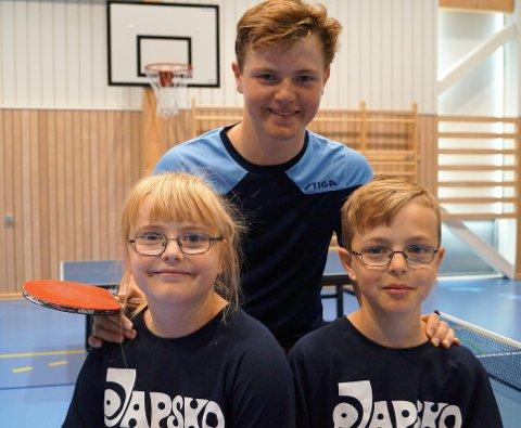 BORDTENNISSØSKEN: Jesper (13) og tvillingene Mia og Markus (9) Jonassen Grua fra Harestua liker å spille bordtennis.