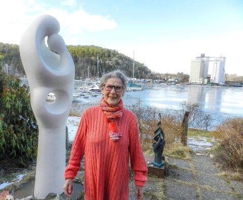 ØNSKER KUNSTGALLERI: – Jeg ønsker å gi bort samlingen etter at barn og barnebarn har fått det de kan plassere i sine hjem. Jeg vil gjerne at det skal være samlet, ikke forsvinne eller havne i en kjeller et eller annet sted, sier kunstner Lise Amundsen.