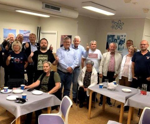 GOD STEMNING: Fornøyde Frp-medlemmer på valgvake i Kopervik mandag kveld.