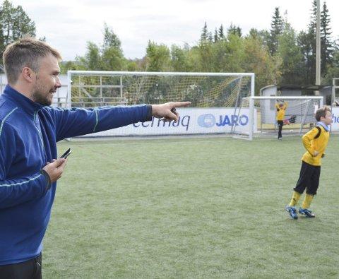 FEIGE LAG: HIF/Stein-lagleder Tor Kristian Nilsen og hans unge mannskap gikk mange ganger under årets Altaturnering av banen med over 15 scoringer. Selv om det er morsomt for guttene å score mål, så mener han det er uheldig å møte spillere som er to år yngre i myggklassen.