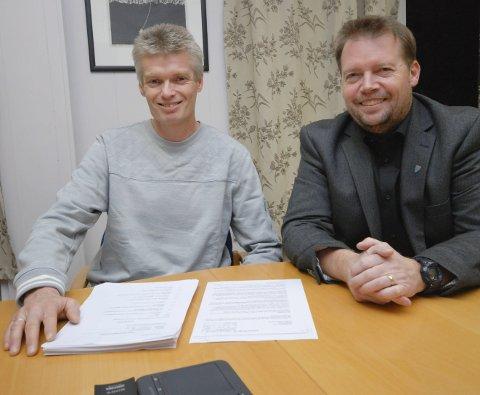 LANGT FRA BARE SMIL: Rådmann Per Øivind Sundell (t.v.) og ordfører Rolf Laupstad gleder seg over pent overskudd for 2016, men de presiserer at det er store utfordringer. Ikke minst med synkende folketall.Begge foto: Alf Helge Jensen
